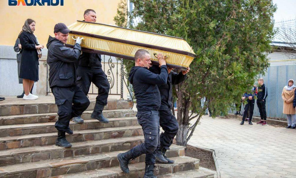 Танцуя, обещает взорвать могилу: неизвестный измывается над погибшими в пожаре под Волжском