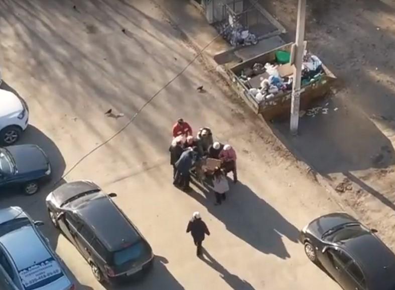 "Жестокую ""битву"" за просрочку у мусорного бака сняли очевидцы"