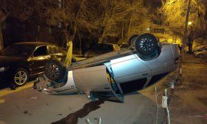 Пьяный водитель в Волжском устроил дрифт, помял пять машин и перевернулся на крышу