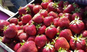 Клубничка с «сюрпризом»: сочная ягода на таганрогском рынке оказалась набита стеклом