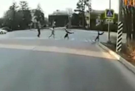 Чтобы не попасть под колеса, нужно думать, как колесо: в Волжском дети устроили цирк на проезжей части