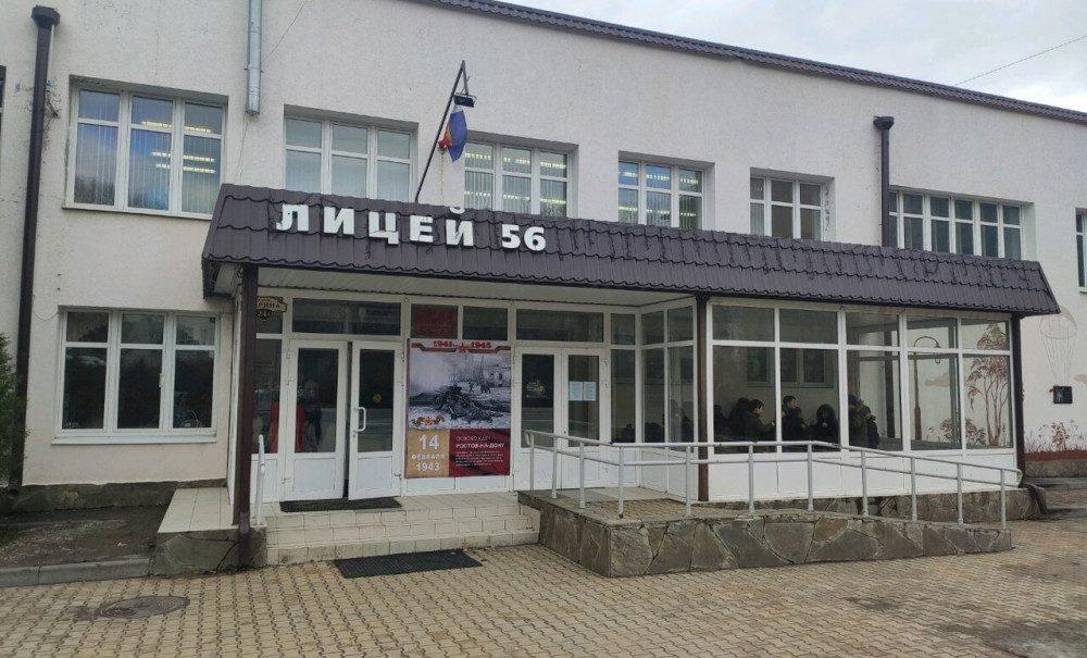"""Обзывает """"дебилами"""", хватает за руки: родители учеников в школе Ростова пожаловались на учителя-тирана"""