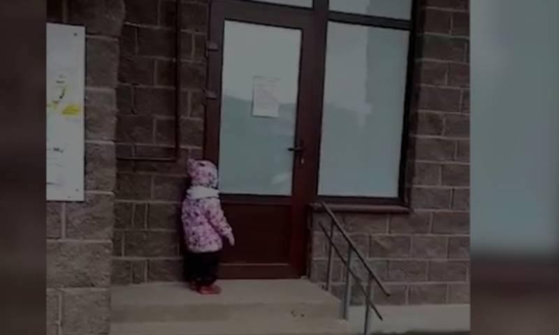 Воспитательница частного детсада забыла двухлетнюю малышку на улице после прогулки