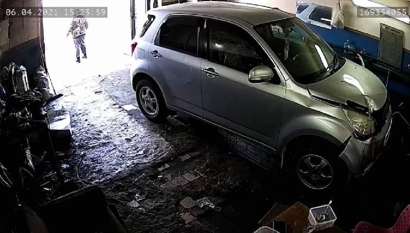 Насмерть: в Якутске клиентка задавила работника автосервиса