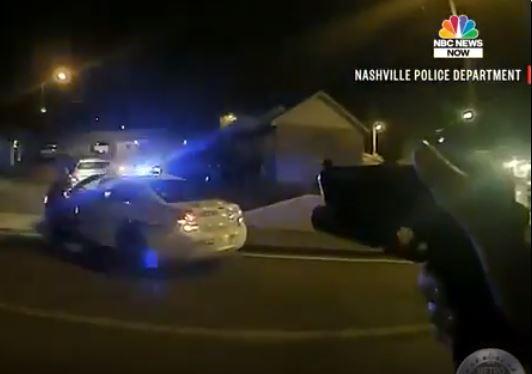 Полицейский расстрелял напавшего на него с огромными тесаками американца