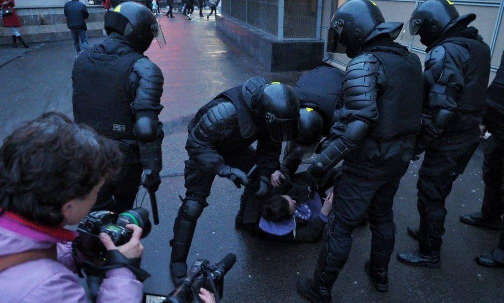 Били шокером, швыряли головой об стену, пинали ногами: как в Москве и Питере разгоняли протестующих
