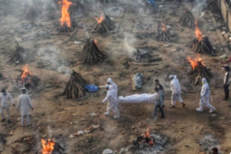 Тела сжигают прямо на улицах: Индия превратилась в ковидный ад
