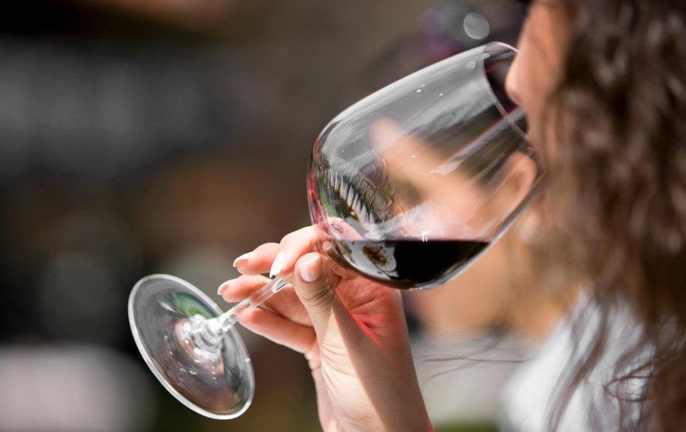 Ученые нашли неожиданную пользу для глаз от употребления вина