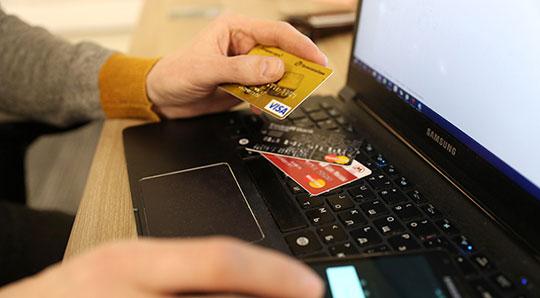 Новая схема обмана: мошенники переводят россиянам деньги, которые нельзя вернуть