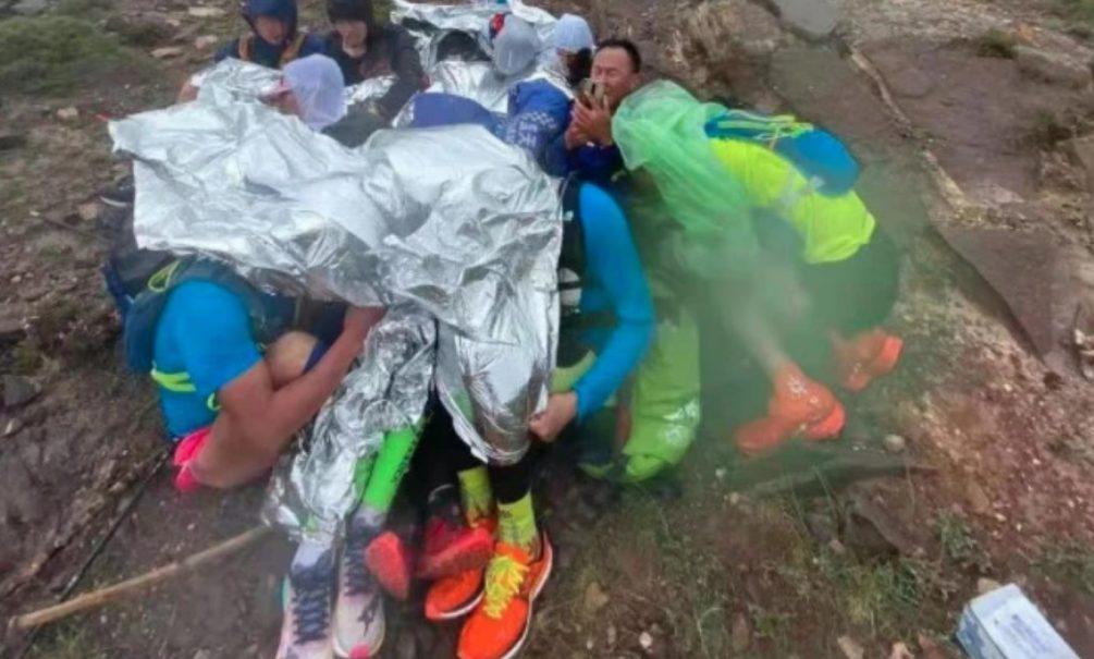Люди лежали на камнях с пеной у рта: участник китайского марафона, где погиб 21 спортсмен, рассказал о пережитом ужасе