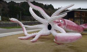 Японский город потратил  миллионы из «коронавирусных денег» на гигантскую скульптуру кальмара