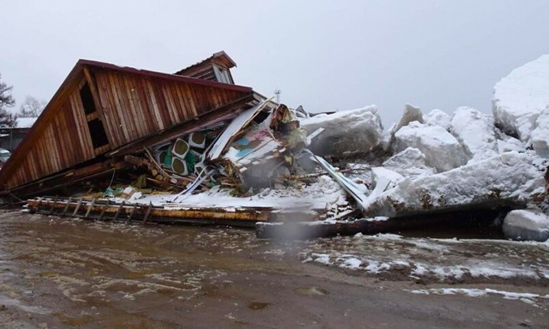 Глыбы льда с Амура раздавили здание магазина в Хабаровском крае
