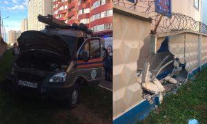 Подмосковные спасатели мчались снимать висящего на балконе, а по дороге сбили ребенка