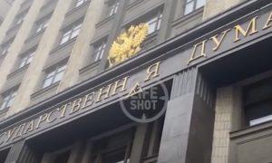 В Москве упала «буква закона»: сильный ветер повредил здание Госдумы