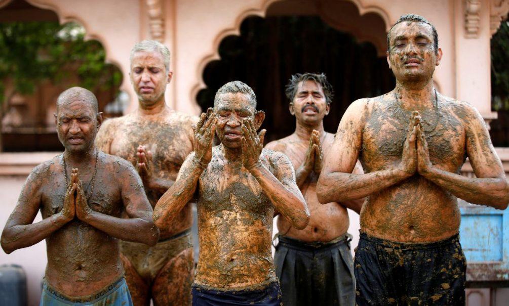 Индийский ад: десятки трупов плывут по Гангу, живые мажутся навозом, чтобы спастись от ковида