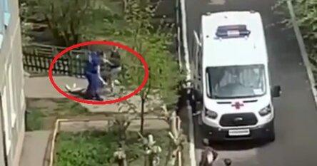 Видео: омские врачи волоком протащили по асфальту мужчину без трусов