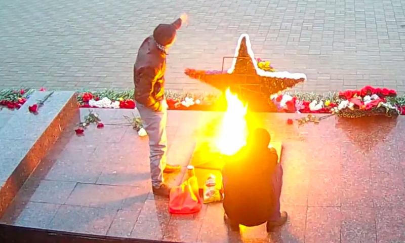 Пиво с чипсами у Вечного огня: двое мужчин решили выпить с комфортом в Можайске