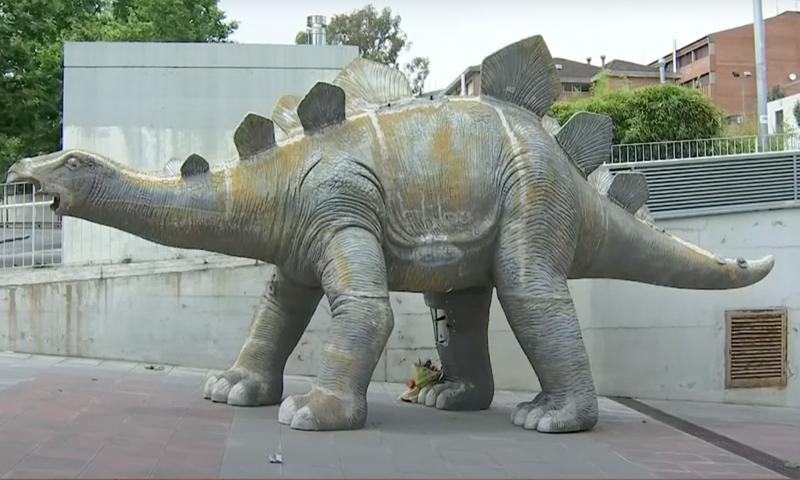 Ребенок нашел труп в статуе динозавра возле Барселоны. Причиной смерти мог стать мобильник