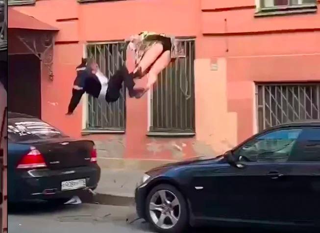 Женщина в трусах и мужчина в костюме упали с балкона во время ссоры в Санкт-Петербурге