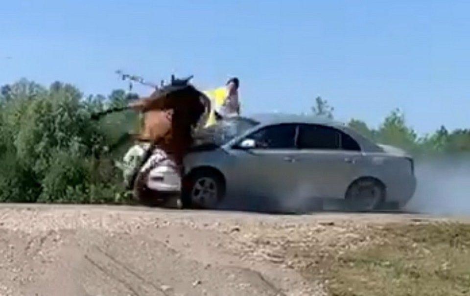 Автомобиль протаранил повозку с людьми, которые ехали на праздник в Башкирии. Одной пассажирке оторвало ногу