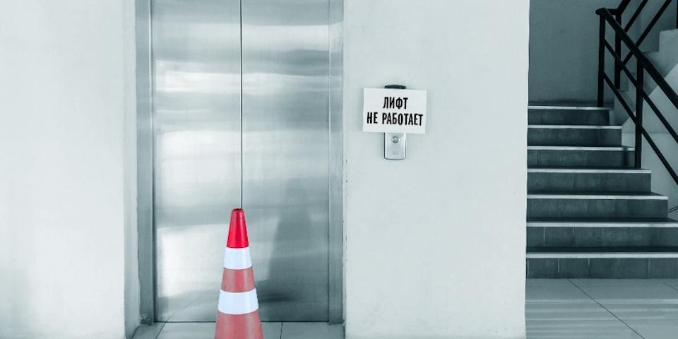 Неработающий лифт довел российского пенсионера до смерти