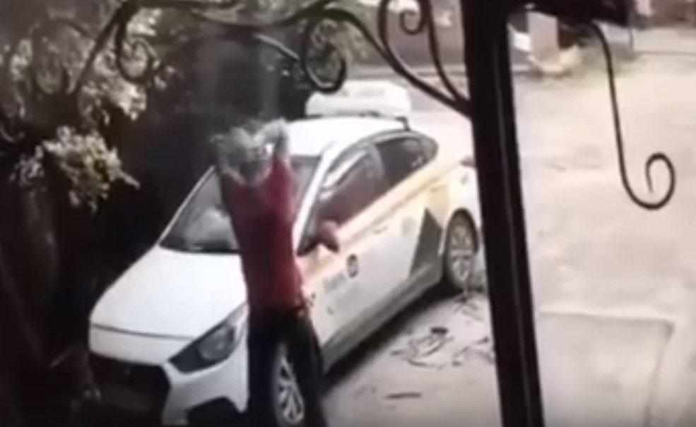 Воронежец разнес машину «Яндекс Такси» огромным булыжником и стал героем видео
