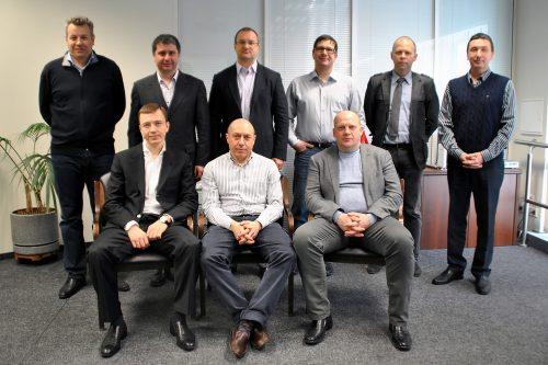 Первый, нижний ряд, слева направо: акционеры Merlion Карчев, Мангутов, Абрамов. Симоненко во втором ряду, если смотреть слева направо, то второй по счёту