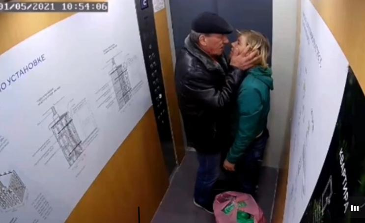 Романтика в лифте: тюменец справил нужду, а потом поцеловал женщину, стоявшую рядом