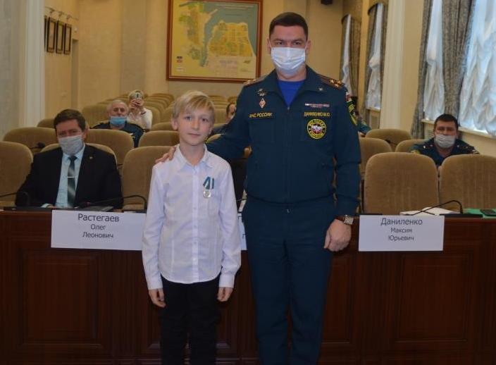 В Москве наградили девятилетнего волгодонца, который со сломанными руками спас сестру из пожара