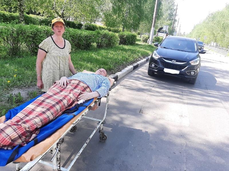 Сами доберетесь: 3,5 км на каталке по жаре везла своего мужа-инвалида  нижегородка после отказа медиков доставить его домой