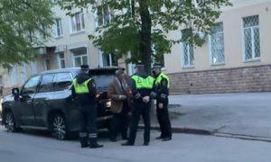 Липецкий экс-губернатор сел пьяный за руль, сбил три светофора и заснул в машине
