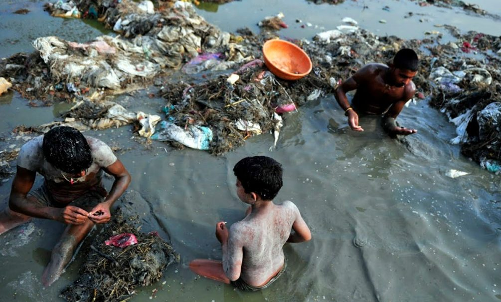 Река Ганг в Индии завалена