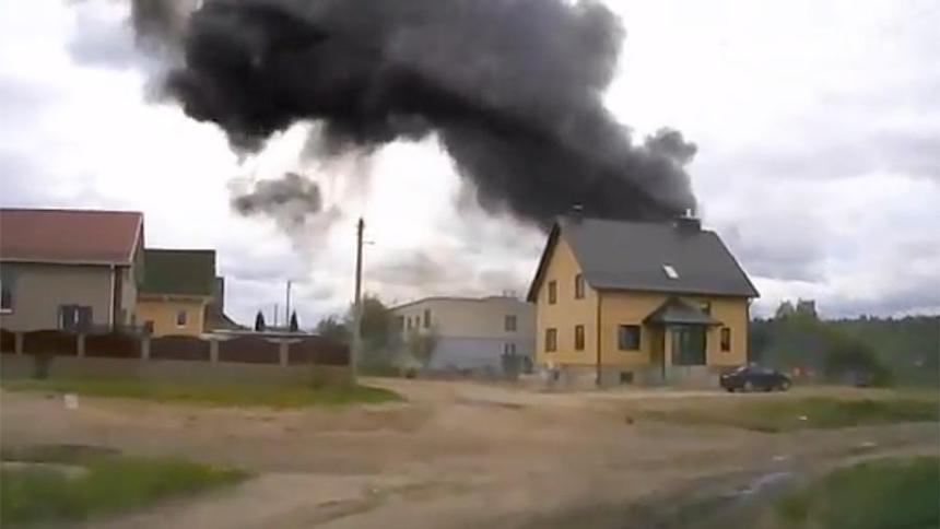 Слишком поздно для жизни: появилось видео крушения самолета возле жилых кварталов в Белоруссии
