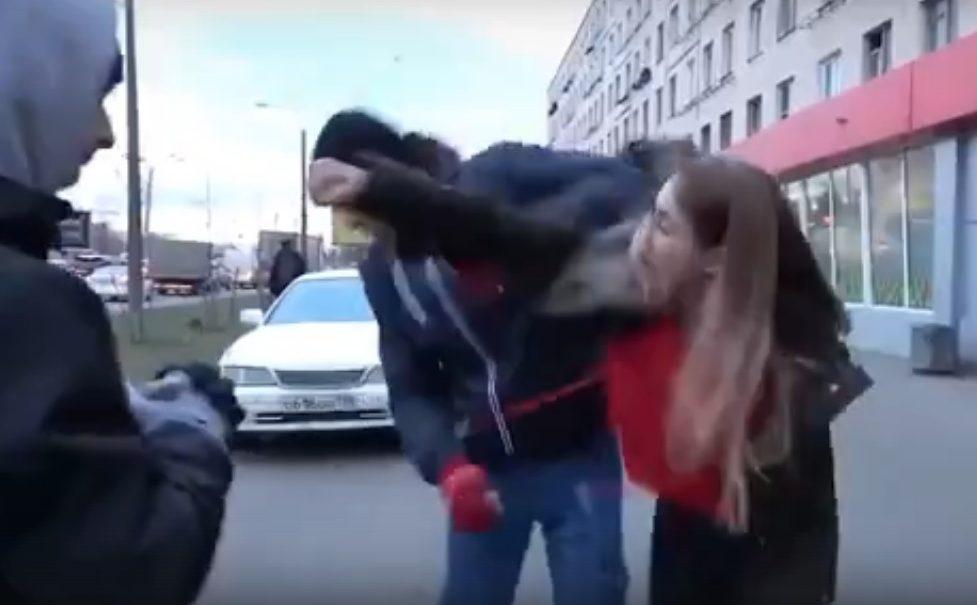 В Петербурге девушка-водитель избила активиста «СтопХама» за наклейку