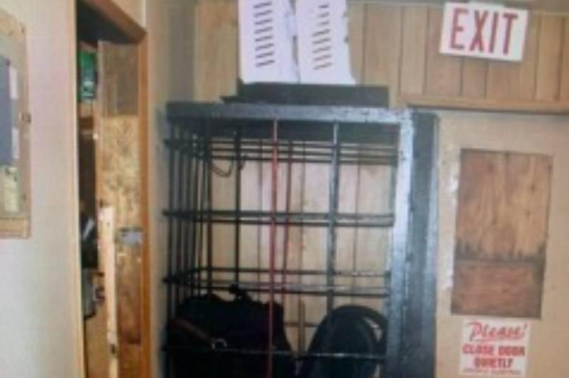 Как в зоопарке: участковый-садист на Чукотке сделал клетку для наказания задержанных