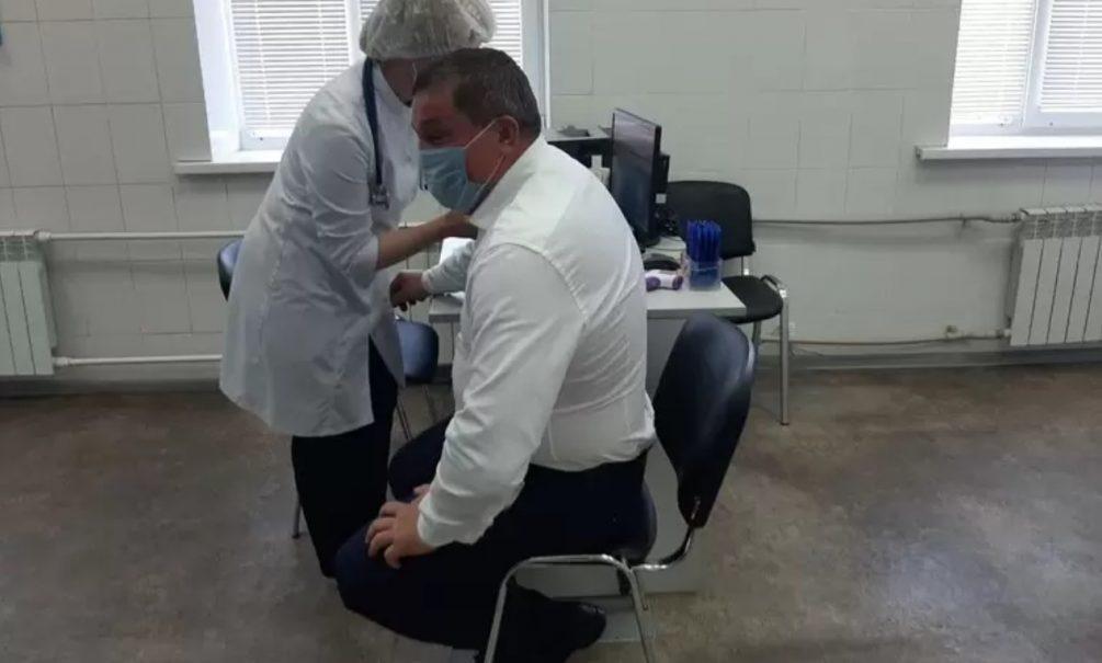 «Стесняемся спросить, как он ходит в туалет»: из-за неудачной позы волгоградского губернатора заподозрили в имитации прививки