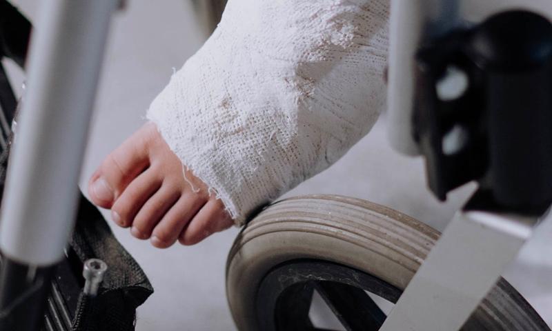 Сибиряк сломал ногу блогеру, который пытался над ним пошутить. Теперь пранкер обвиняет его в грабеже