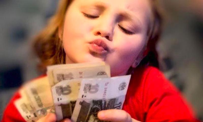 Бюджет на вкусняшки: россияне рассказали, сколько дают детям на карманные расходы