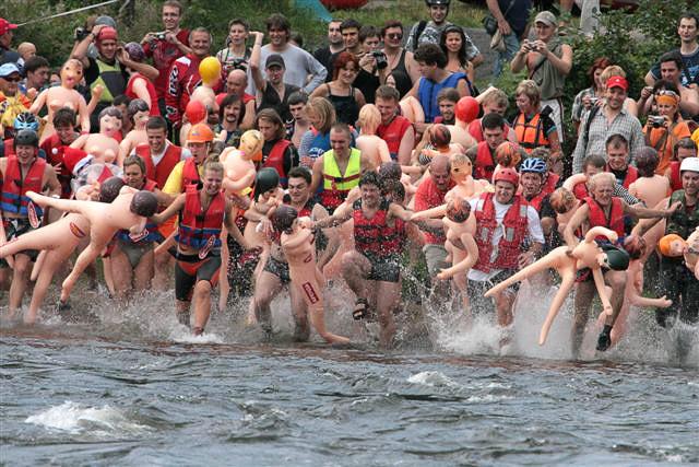Под Питером состоялся массовый заплыв на надувных женщинах