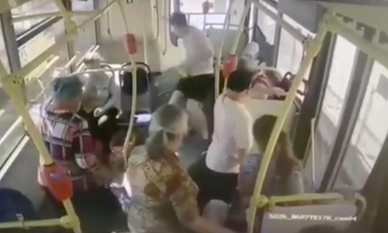 Бессердечные москвичи проигнорировали девушку, упавшую в обморок от жары в автобусе. Она сломала два ребра и нос
