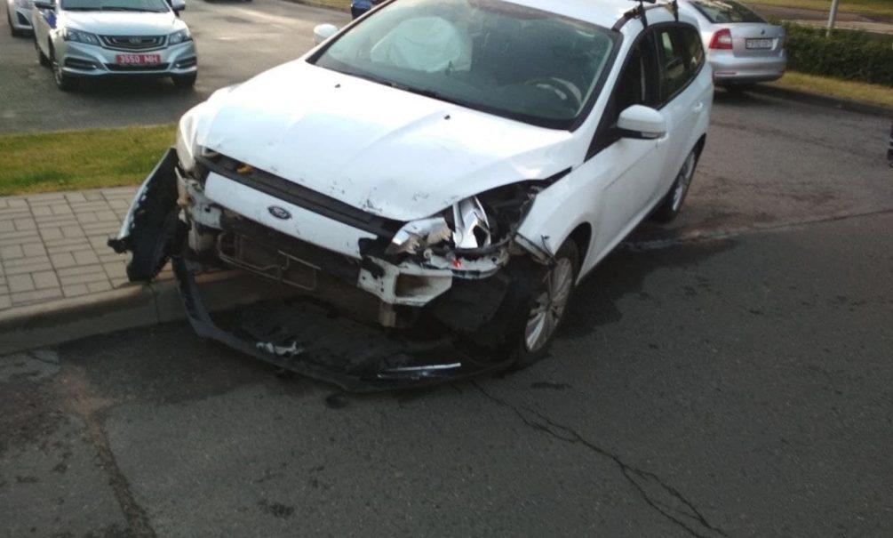 Камеры наблюдения сняли, как автомобиль таранит посольство России в Минске