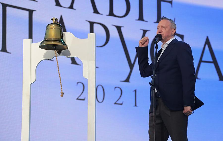 Губернатор Петербурга сломал рынду, собрав тысячи выпускников на праздник в разгар третьей волны