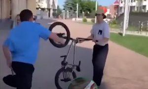 На катавшихся в центре Ставрополя велосипедистов напали казаки