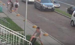 Урна в Набережных Челнах дала сдачи двоим напавшим на нее подросткам