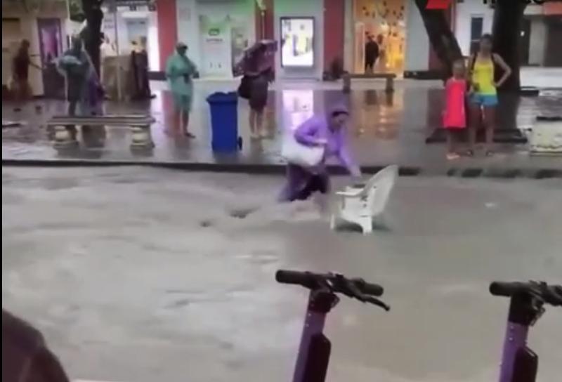 Потоки воды сносят людей в утонувшем Геленджике: видео