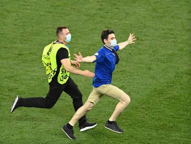 """Опубликовано видео с """"посланником бога"""", выбежавшим на поле в матче Франция-Швейцария"""