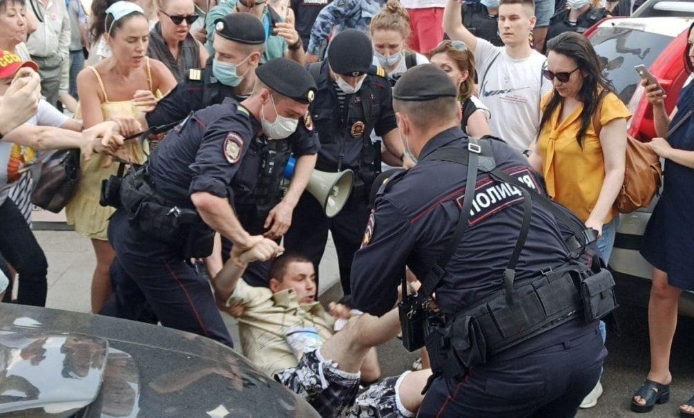 Коммунисты избили Чебурашку на антипрививочном митинге в Москве