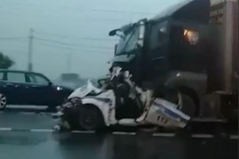 Раздавлен фурой: сотрудник ДПС погиб в страшной аварии