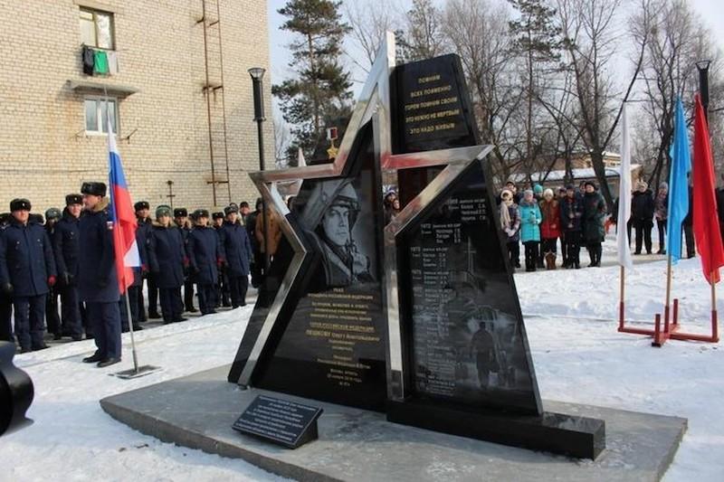 Две школьницы помочились на памятник  погибшему в Сирии Герою России