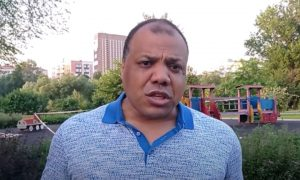 «Вы позавидуете даже неграм»: Самсон Шоладеми заявил о сегрегации непривитых москвичей, устроенной Собяниным